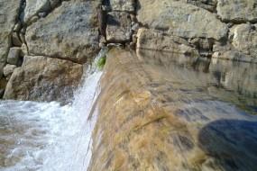 Rives de rivières en pierre